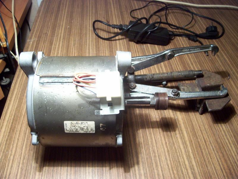 Общий вид асинхронного двигателя стиральной машины изображен на фотографии